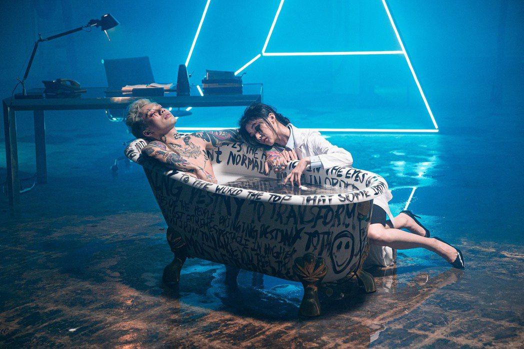 Marz23(左)砸下百萬拍攝新歌「23」MV。圖/華納音樂提供