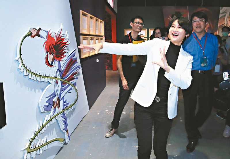 立委賴品妤(右二)昨天參觀《幽☆遊☆白書》特展,湧現小時候的回憶十分興奮。記者潘俊宏/攝影