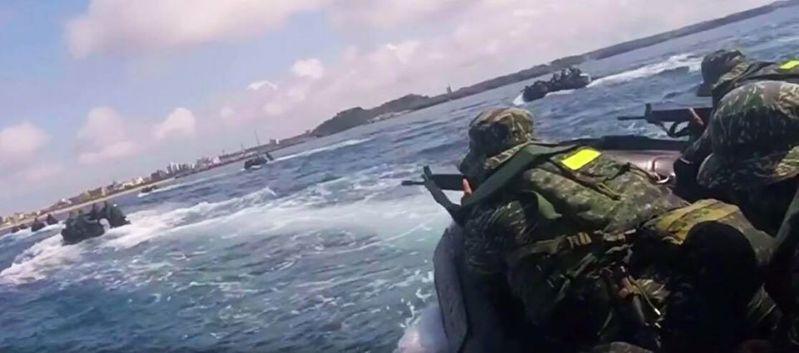 陸戰隊員搭突擊膠舟搶灘。圖/海軍檔案照,非此次事故現場