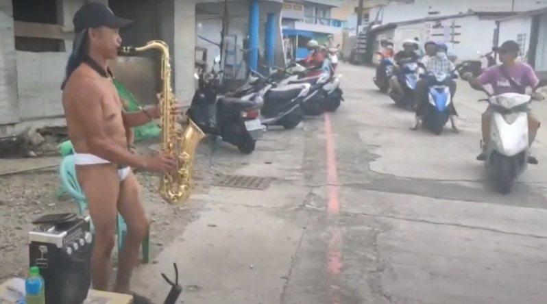 台東蘭嶼雅美(達悟)族人周克桂去年從模板工轉型為街頭藝人,在島上吹薩克斯風表演,特別的是他身著傳統丁字褲服飾吹奏,令人印象深刻。記者尤聰光/翻攝