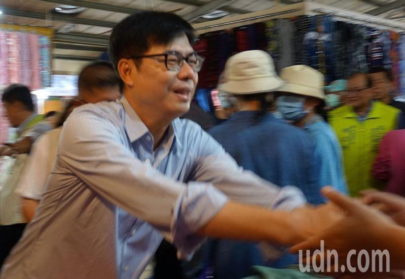 民進黨高雄市長補選參選人陳其邁(前)今天到鳳山工協市場拜票。記者楊濡嘉/攝影