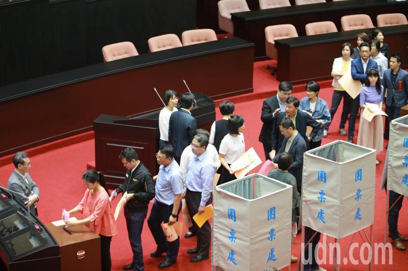 立法院上午進行考試院正副院長及考試委員人事同意權案投票,綠營立委排隊投票時。記者許正宏/攝影
