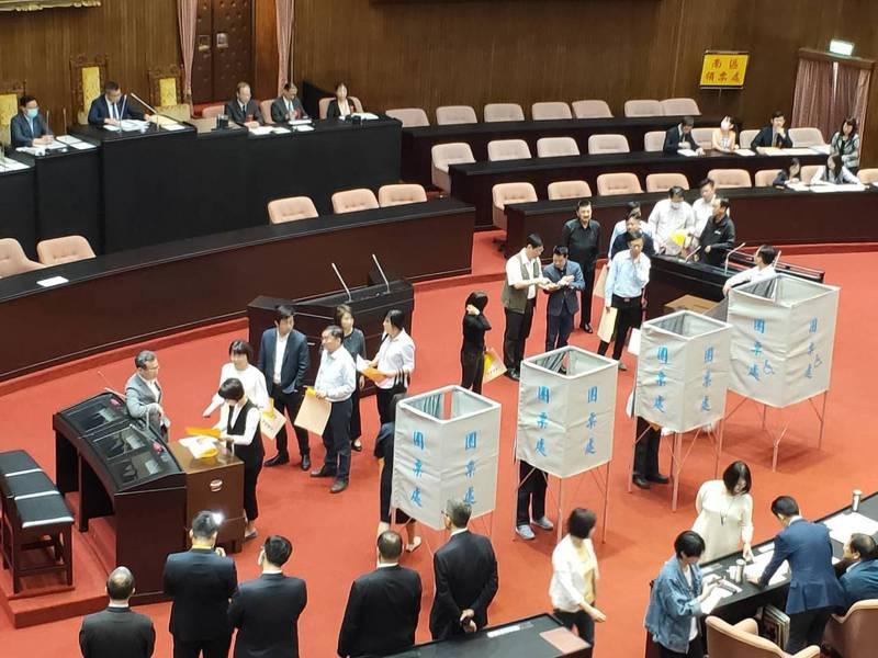 民進黨立委今天上午在議場排隊投票。記者徐偉真/攝影