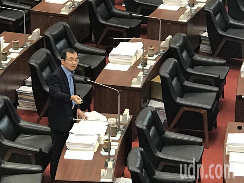 高雄工安與空汙事件頻傳,高市議員王耀裕要求市府局處關注勞工安全與工業區附近居民健康。記者徐白櫻/攝影