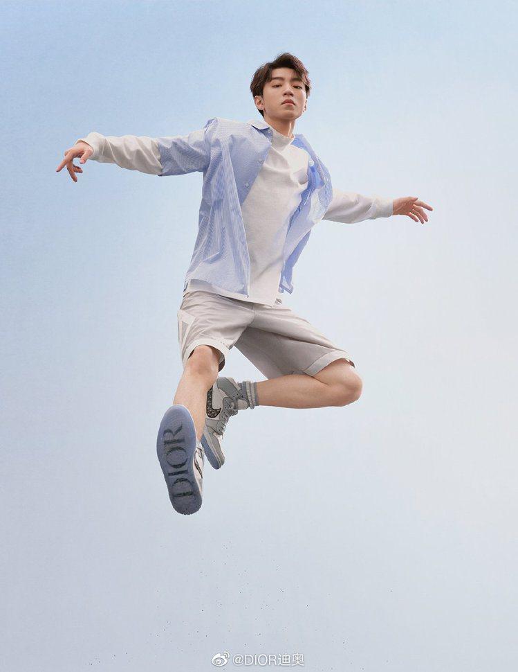 大陸男星王俊凱詮釋Air Dior系列。圖/取自微博