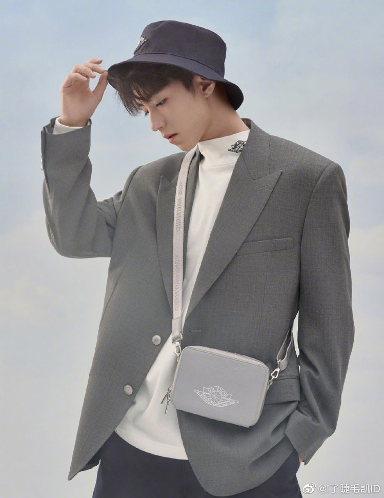 大陸男星王俊凱詮釋Air Dior系列側背包,56,000元。圖/取自微博
