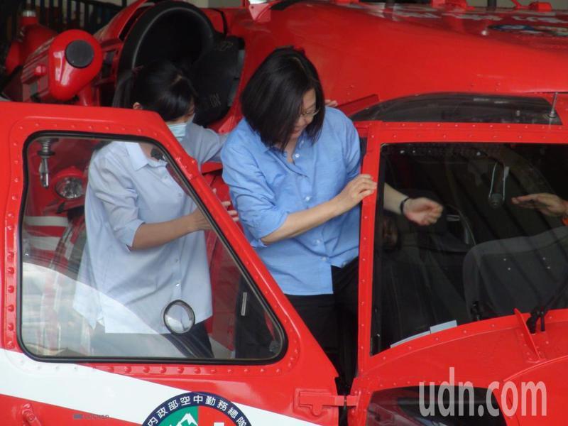 蔡英文總統今天在內政部長徐國勇陪同下,視察空勤總隊台中駐地,並試乘黑鷹直升機。記者余采瀅/攝影