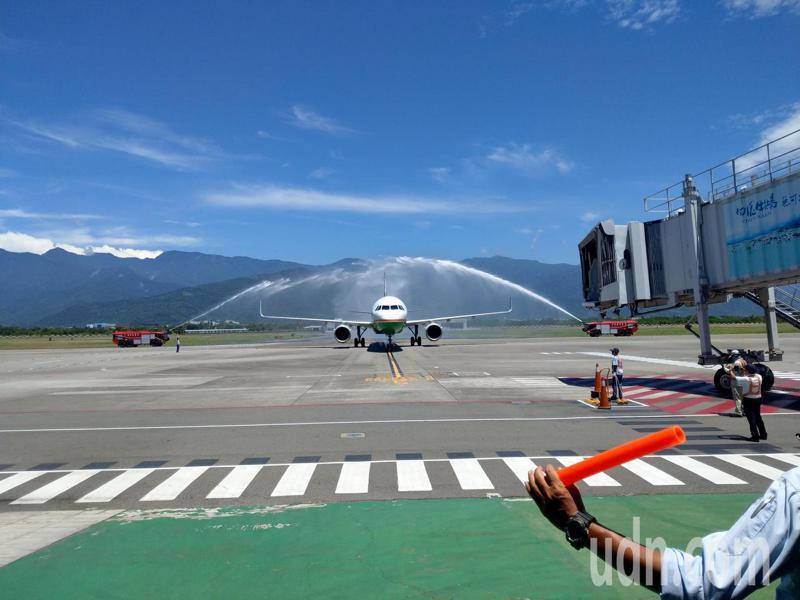 立榮航空今天首班空中巴士A321機型,從台北飛抵台東,載客數184人,是台東航線史上載客量最大機型。記者尤聰光/攝影