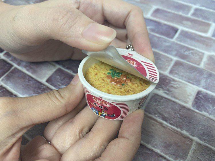 「統一麵肉燥風味迷你碗icash2.0」碗蓋可掀開,還能看到裡面仿真的泡麵和肉燥...