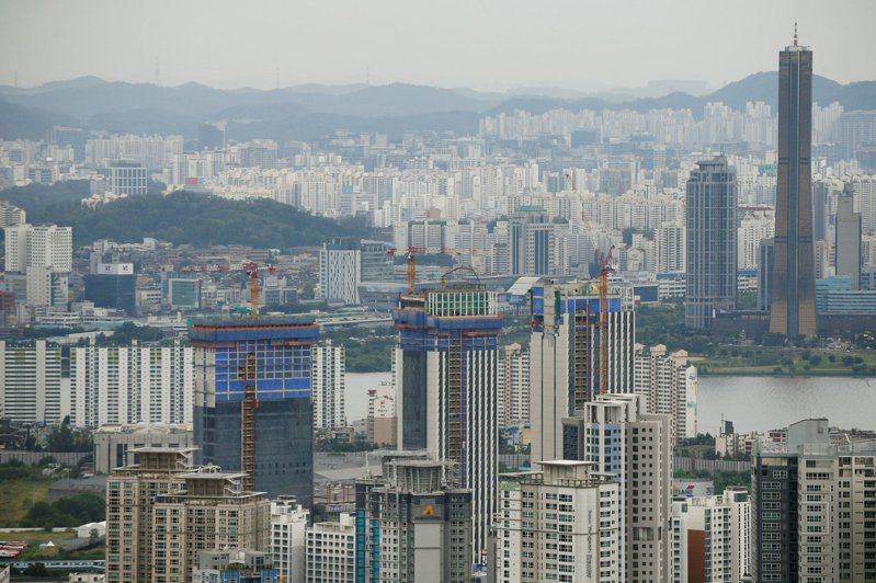 南韓政府提議,對名下擁有多棟住宅的屋主加徵房屋稅,做為抑制房價漲過頭的最新措施。路透