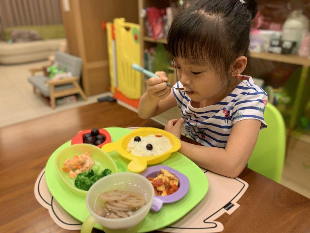運用色彩吸引孩子進食(非當事個案)。圖/衛福部台中醫院提供