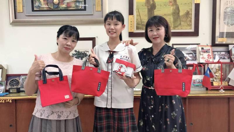 曾文家商幼保科畢業生蘇詠晴以超高成績,成為台北護理健康大學幼保系的榜首,優異的表現,讓校長陳藝昕(右)讚許不已。圖/學校提供