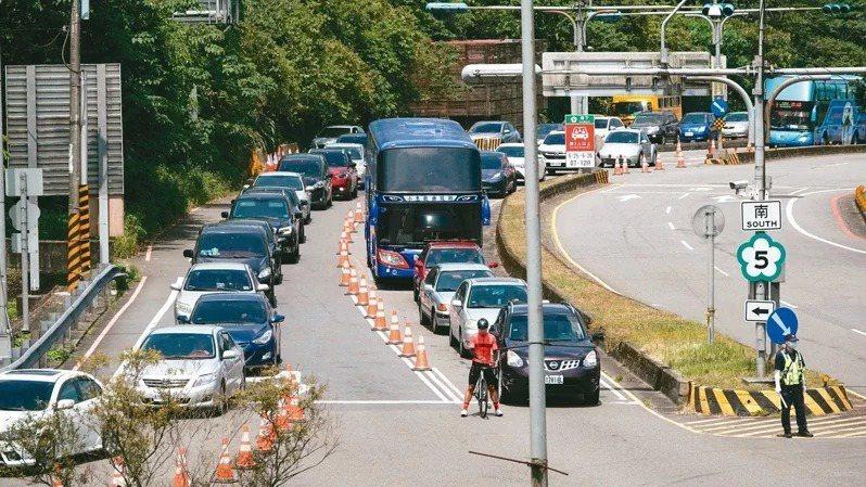 端午連假首日,不僅國5主線塞爆,石碇往坪林路段也嚴重回堵,等著上石碇交流道的車流...