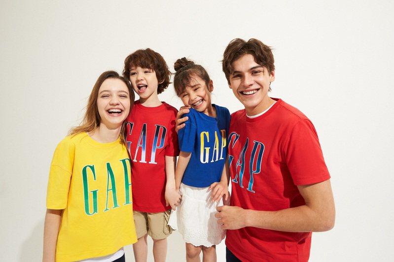 GAP最經典的美式Logo T恤,從大人到小孩皆有繽紛色彩的選擇,最低349元即可入手。圖/GAP提供