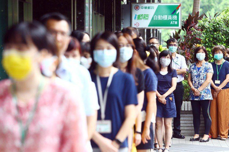 振興三倍券7月15日起,在郵局開放實體券購買,中華郵政公司日前實地演練人潮爆量及動線分流等情境。 圖/聯合報系資料照片