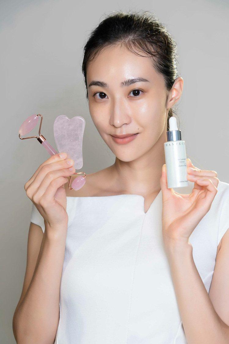 使用香緹卡喚顏粉晶萃(小粉晶),可搭配臉部按摩手法。圖/香緹卡提供