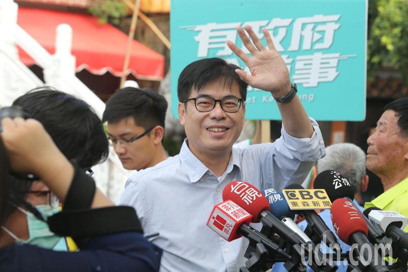 被酸「陳總機」,高雄市長補選民進黨參選人陳其邁(中揮手)說,他是所有參選人中提政策提最多的,而且務實可行、實實在在。記者劉學聖/攝影