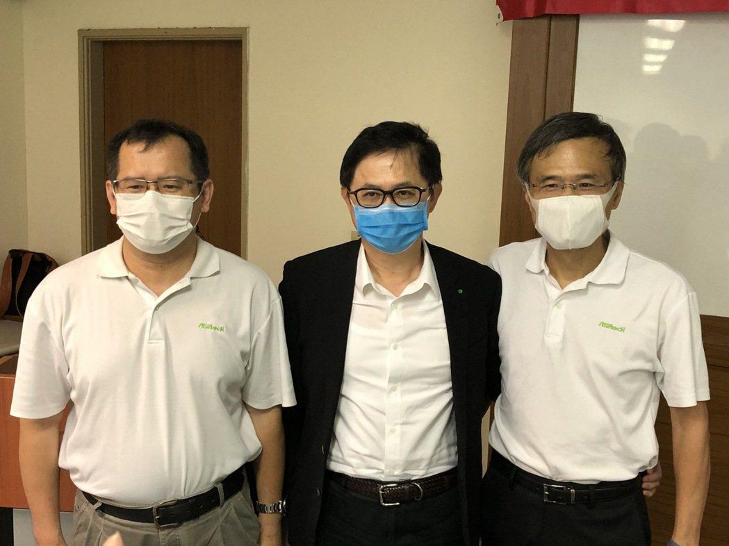 華擎總經理許隆倫(左起),董事童子賢,董事長童旭田。記者蕭君暉/攝影