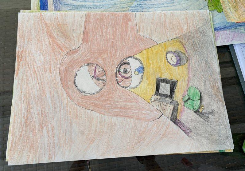 繪本「超人奶奶」,超人奶奶拿著手電筒從失智爺爺的鼻孔中窺探,「ET怪人」住在哪裡。記者劉星君/攝影