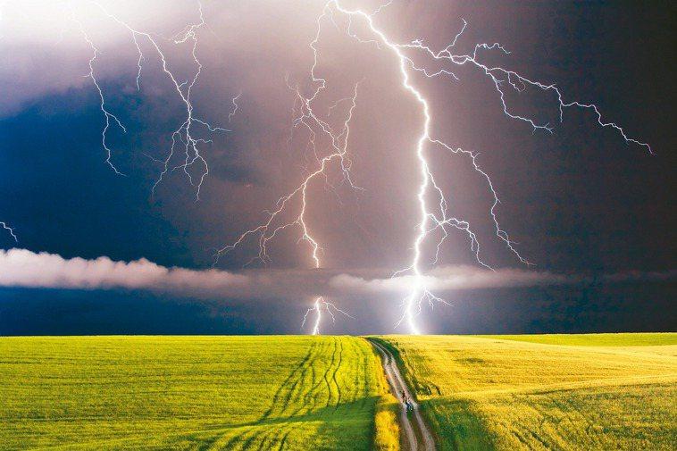 打雷時不要待在空曠的地方。 圖/123RF