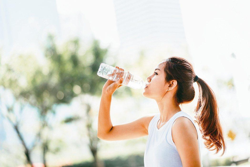 要喝多少水,和體重有很大關係。圖/123RF