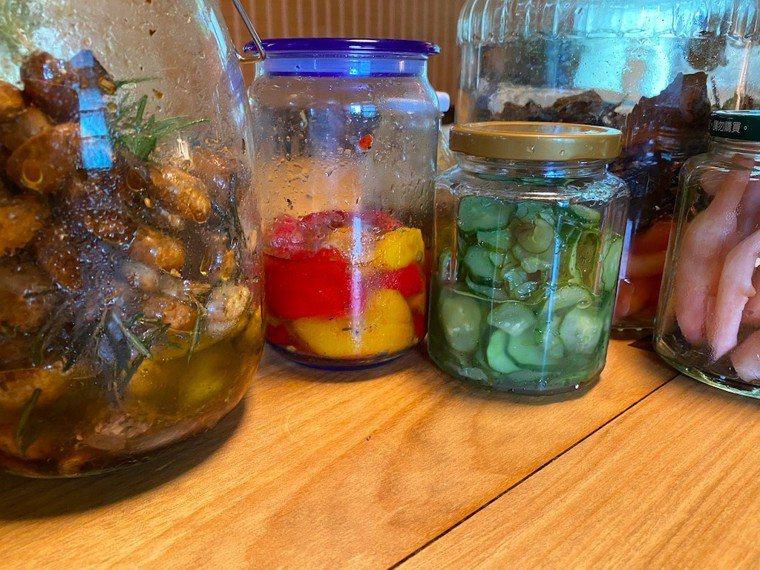 用當季盛產的蔬果簡單醃漬調味,封罐存放在冰箱裡,方便美味。圖/朱慧芳提供