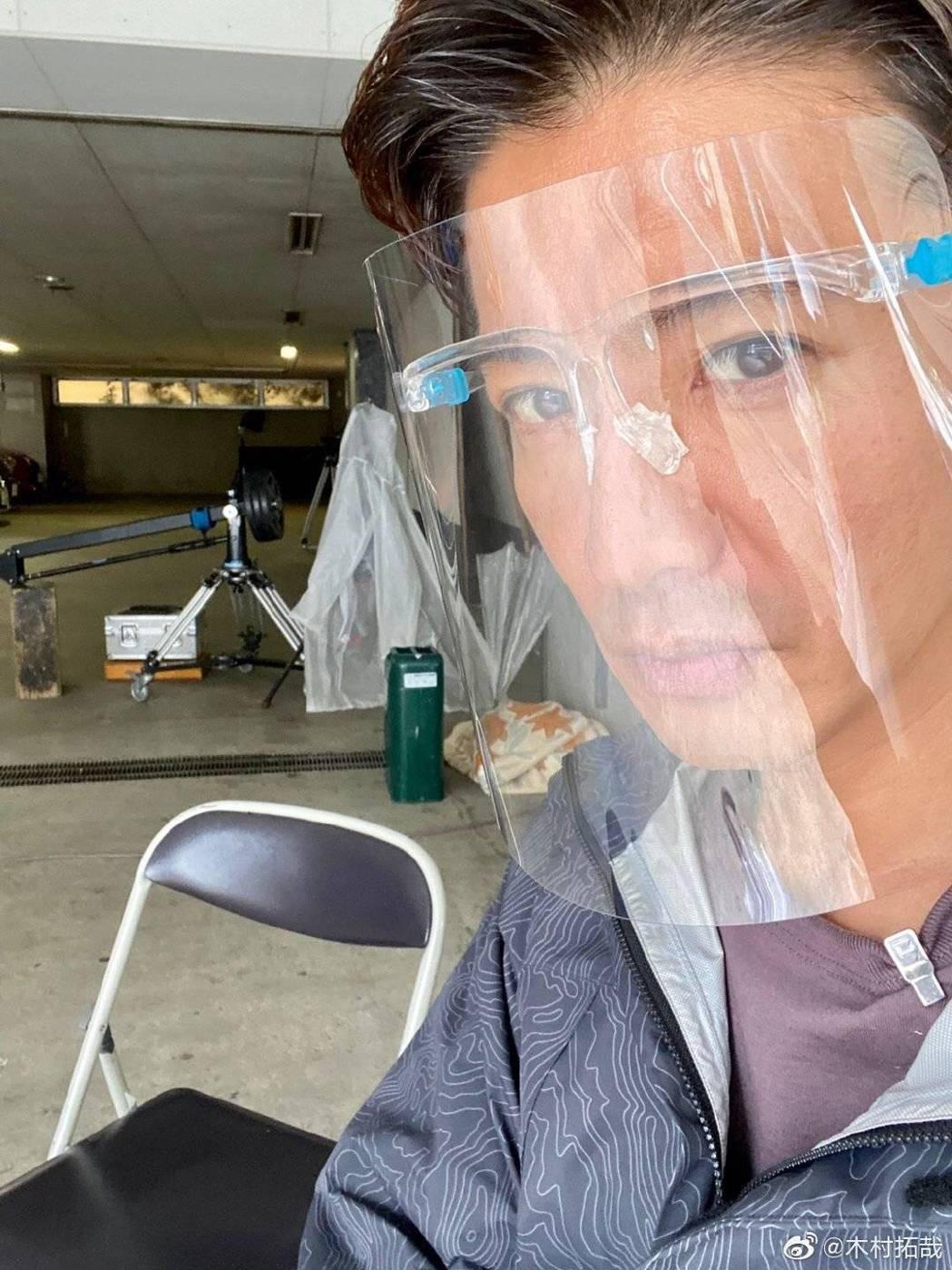 木村拓哉戴透明面罩防疫。圖/摘自微博