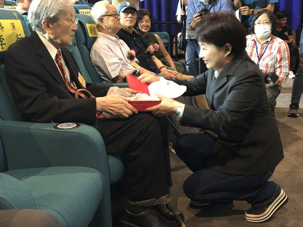 台中市長盧秀燕向李行導演致意,感謝他對台灣電影的多年貢獻。圖/臺中市影視發展基金...