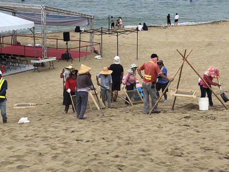 主辦單位今天在金山中角灣國際衝浪基地整理環境。記者王敏旭/攝影