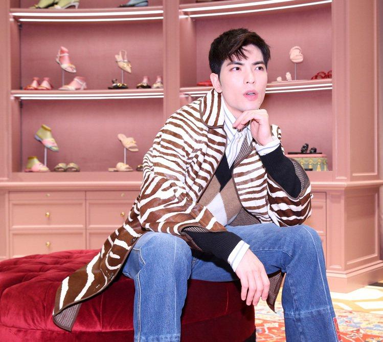 蕭敬騰演繹斑馬紋印花夾克31萬5,000元、菱格紋V領毛衣29,500元、條紋襯...