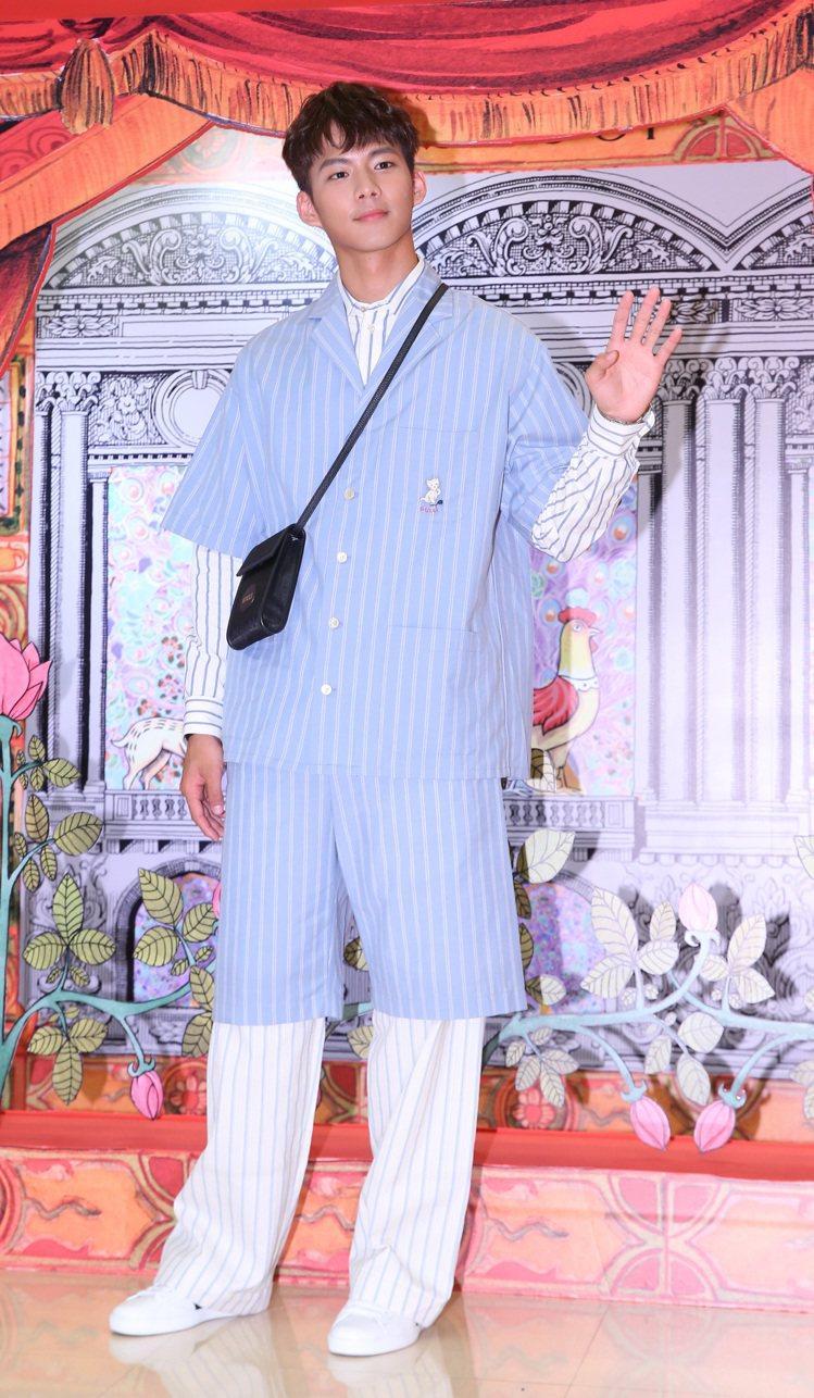 吳念軒穿天藍短袖襯衫33,000元、天藍棉質短褲25,500元、象牙白襯衫27,...