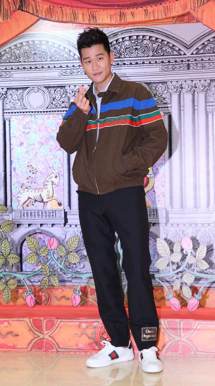 周興哲穿深棕織帶夾克83,500元、藍條紋襯衫18,000元、黑色羊毛喇叭褲39...