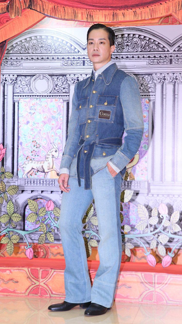 薛仕凌詮釋水洗單寧拼接夾克15萬2,500元、襯衫19,500元、丹寧褲61,0...