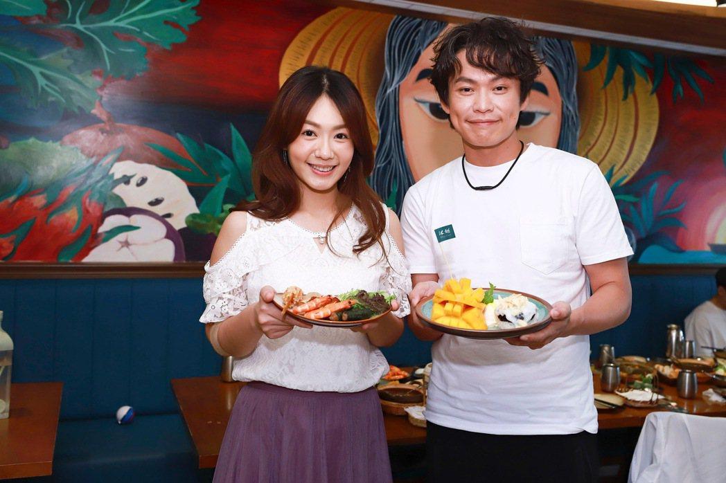 黃鐙輝(右)、李又汝吃越南菜慶功。圖/民視提供
