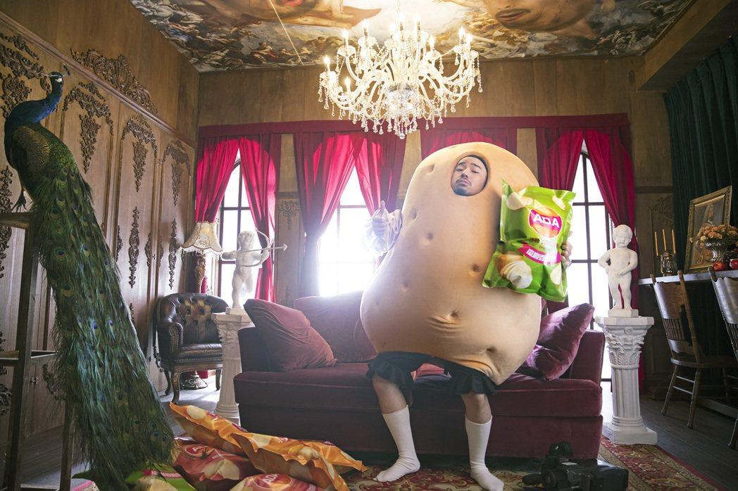 阿達在新單曲「沙發上的馬鈴薯」穿上「馬鈴薯公爵裝」,吃盡苦頭。圖/環球音樂提供