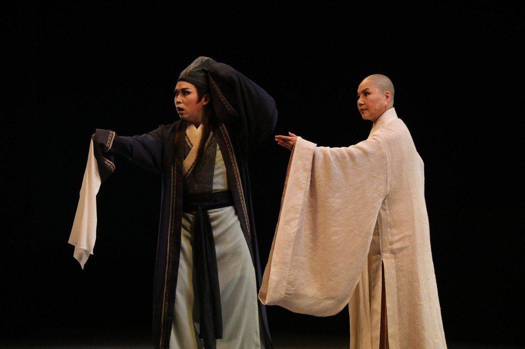 唐美雲(右)、李文勳演出歌仔戲「千年渡‧白蛇」。圖/民視提供