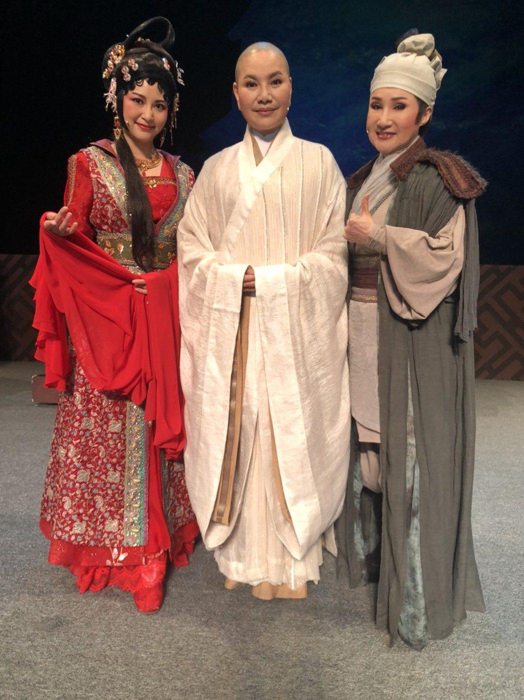 小咪(右起)、唐美雲、樓心潼演出唐美雲歌仔戲「千年渡‧白蛇」。圖/民視提供