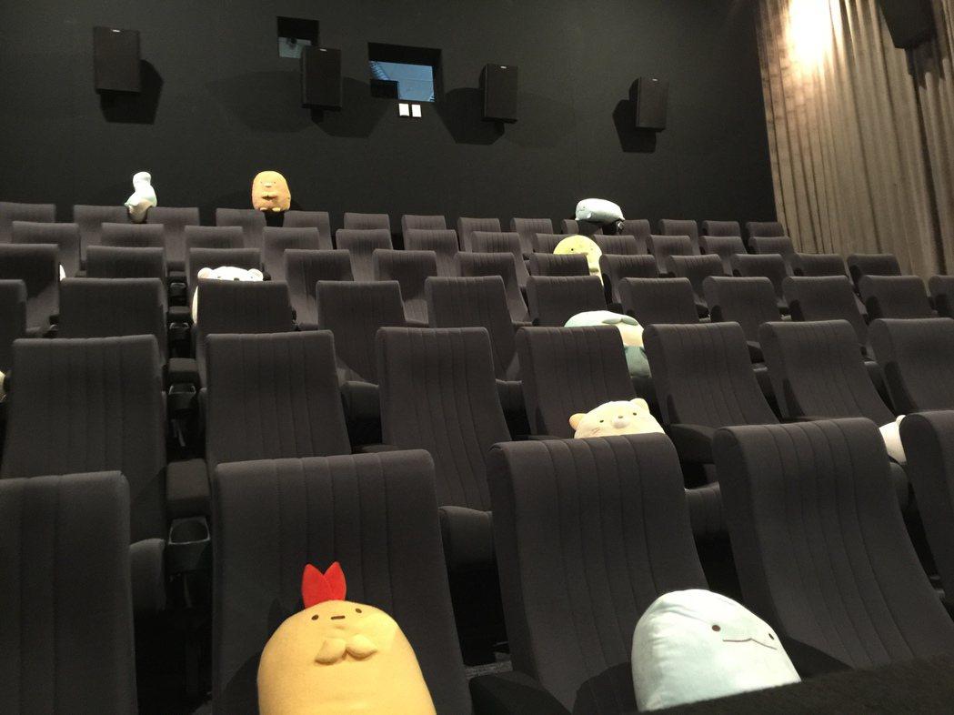 桃園新光影城ACG動漫劇場有電影裡的角色布偶陪觀眾看片。記者蘇詠智/攝影