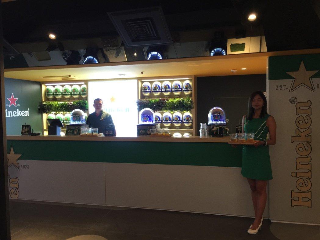 桃園新光影城3樓的海尼根吧台。記者蘇詠智/攝影