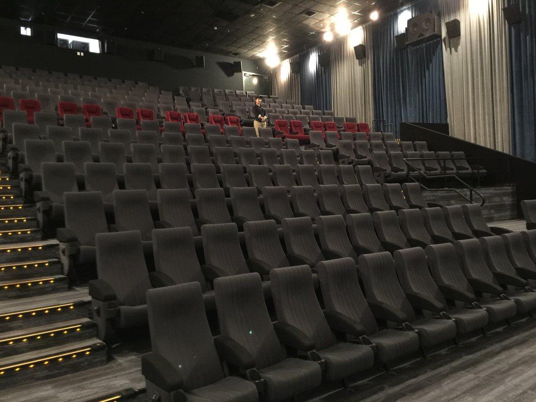 桃園新光影城LUXE大廳空間寬敞、座位舒適。記者蘇詠智/攝影