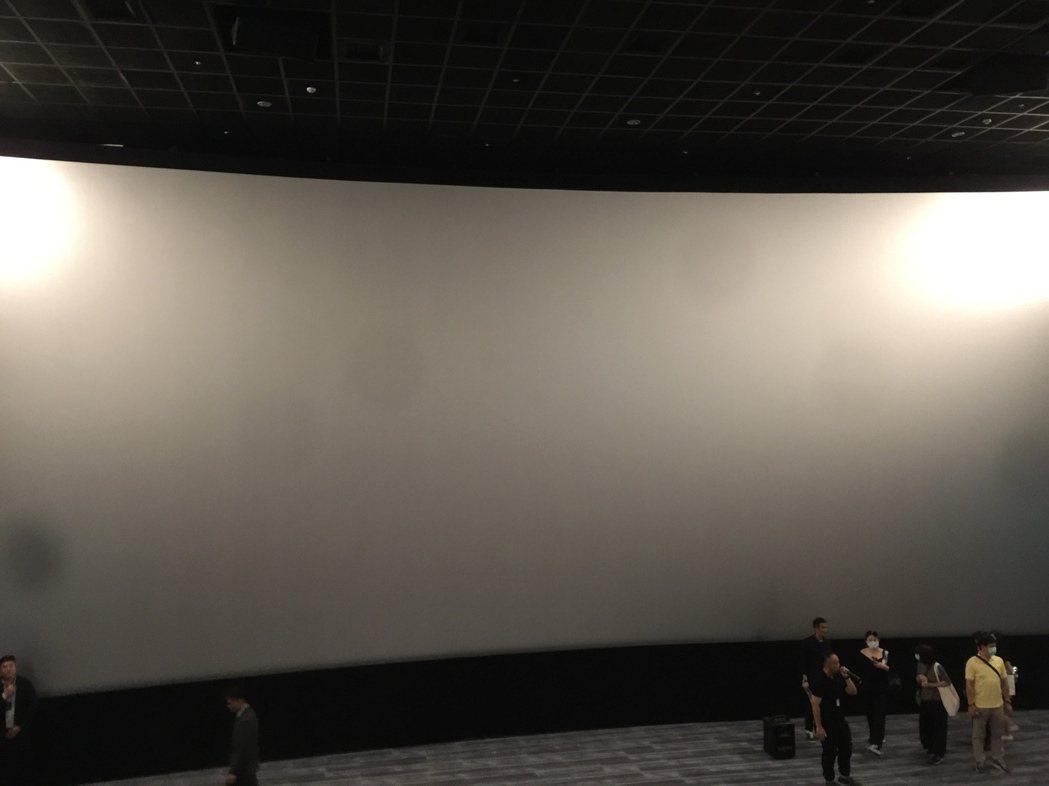 LUXE大廳的銀幕尺寸大,畫面看來將更具氣勢。記者蘇詠智/攝影