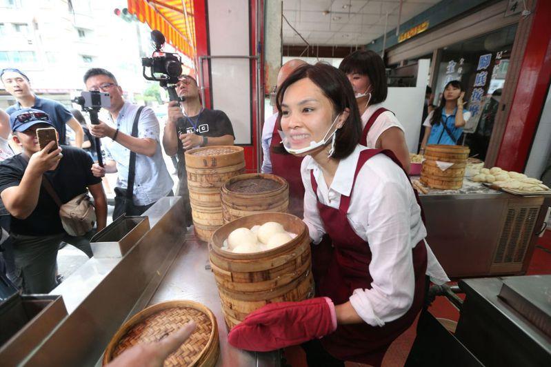 國民黨高雄市長補選人李眉蓁化身早餐店一日店長,學做饅頭包子,暗喻對手陳其邁已在數饅頭等當選,但她才是扎實做事。記者劉學聖/攝影
