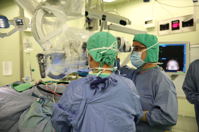 花蓮慈濟團隊為患者摘除惡性腦瘤。圖/花蓮慈濟醫院提供