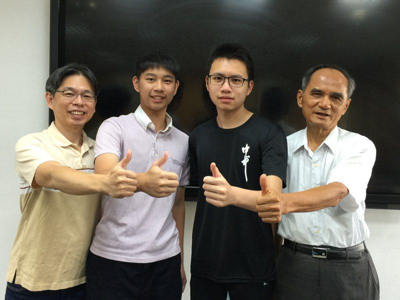 台中一中新生林子平(左2)滿級分錄取,全家四代都是一中人;科學班新生陳宣燁(右2)是家族第3代一中人,父執輩與有榮焉。記者喻文玟/攝影