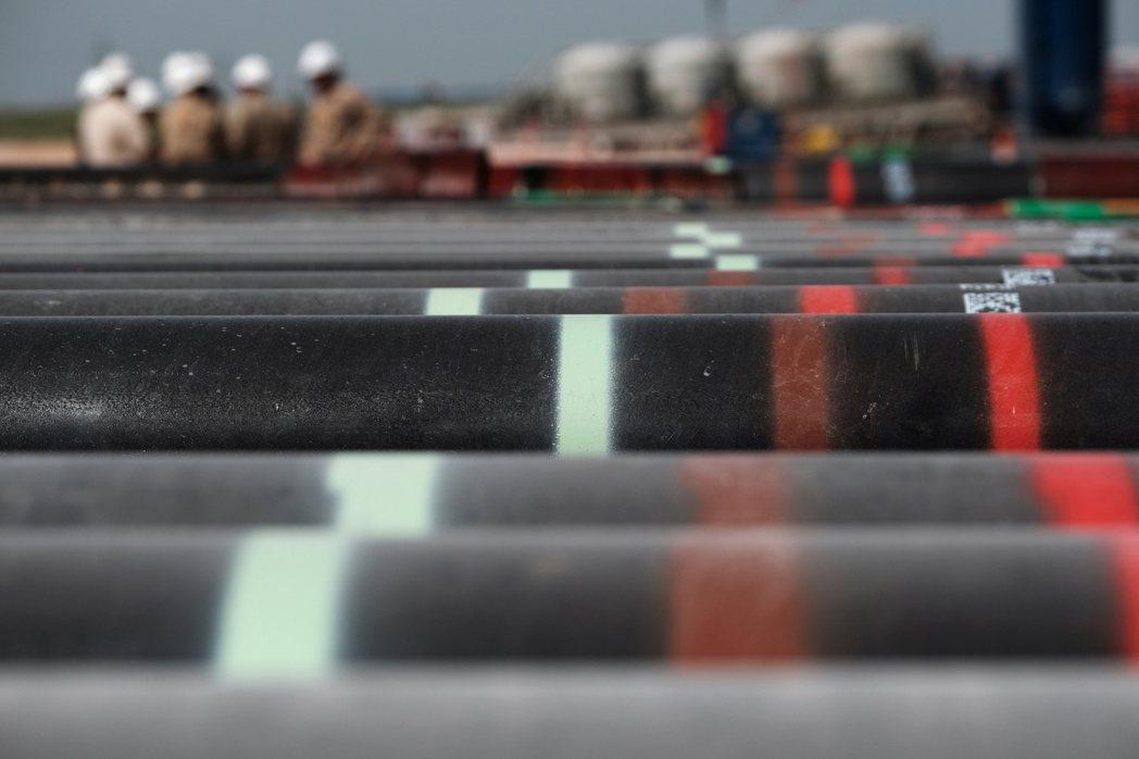 德州米德蘭附近的石油勘探油田的油管。路透