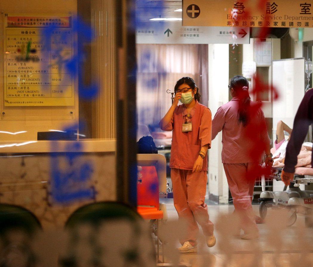 健保署公布最新醫療院所財務報告,多間醫院得靠非醫務收入填補缺口,專家認為,醫師診...