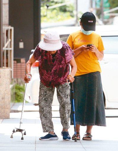 當父母年邁需要照顧,不少子女會選擇輪流接父母一起住,卻導致「流浪父母」現象,形成...