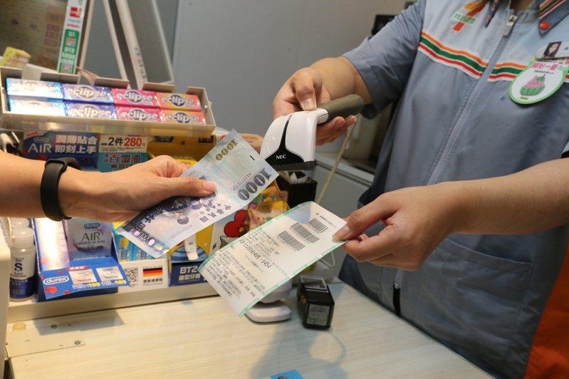 振興三倍券開賣,紙本實體券最受歡迎,圖為民眾在超商預購三倍券。 圖/聯合報系資料照片