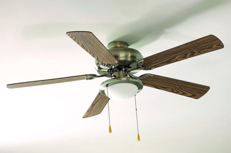 原PO表示吊扇的風跟冷氣一樣涼,但許多網友擔心它會突然掉下來。圖片來源/ingimage