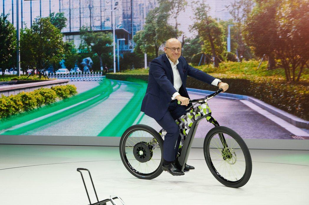 騎著Klement e-bike的ŠKODA執行長Bernhard Maier。...